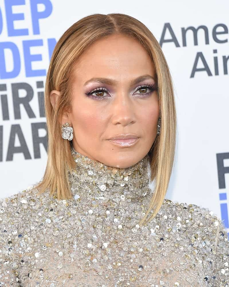 Jennifer Lopez parted her short straight hair in the middle for the 2020 Film Independent Spirit Awards on February 08, 2020.