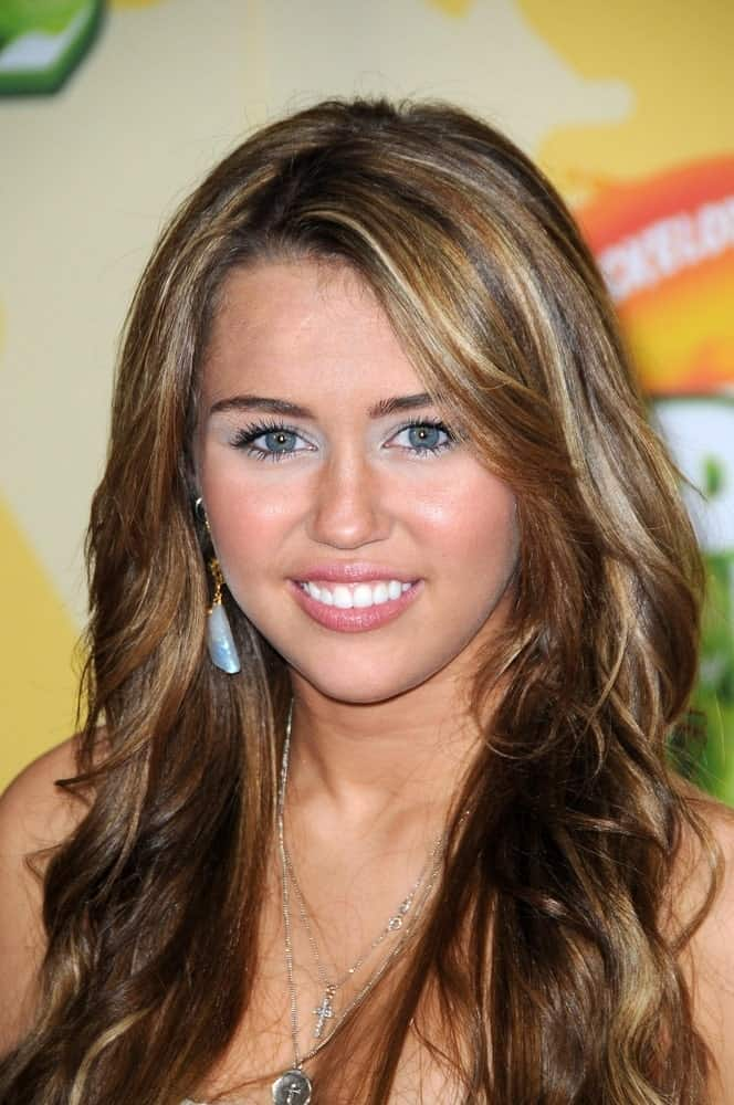 On March 29, 2009, Miley Cyrus flashed her bright smile and lovely eyes with her long layered and highlighted hairstyle at the Nickelodeon's 2009 Kids' Choice Awards in Westwood, CA.