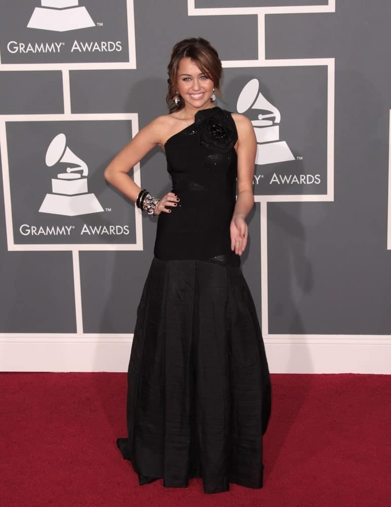 On February 8, 2009, Miley Cyrus wore a black Herve Leger gown at the 51st Annual Grammy Awards held at the Staples Center in Los Angeles. She was lovely in her simple make-up and classy highlighted half-up hairstyle with bangs.
