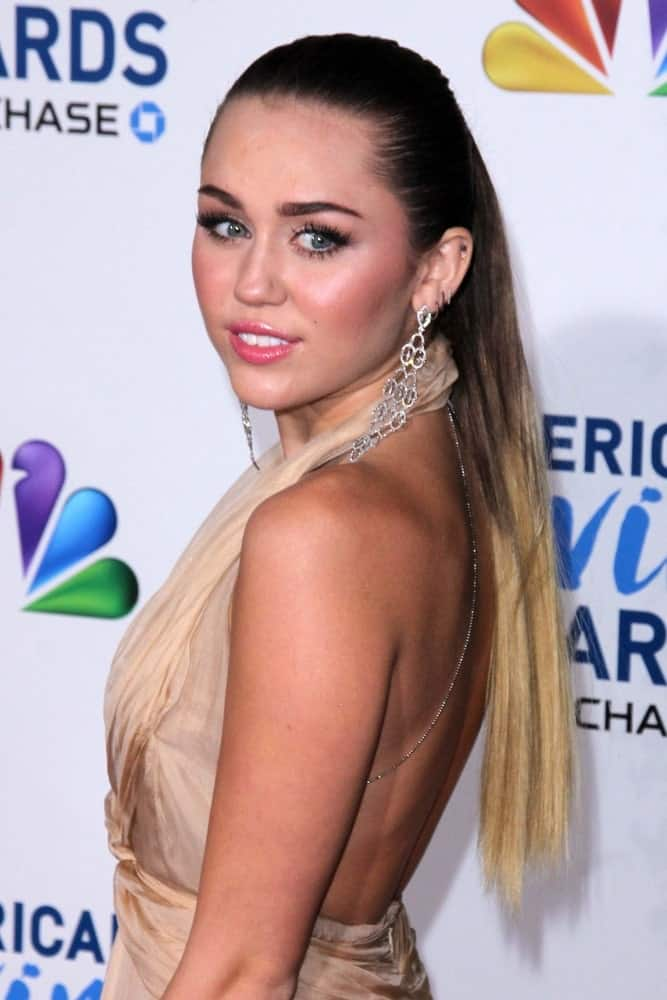 Miley Cyrus attended the 2011 American Giving Awards held at the Dorothy Chandler Pavilion in Los Angeles, CA. She was lovely in her classy dress and half-up hairstyle with blond dyed tips.