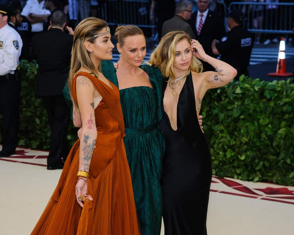 On May 7, 2018, Miley Cyrus posed with Paris Jackson and Stella McCartney at the 2018 Metropolitan Museum of Art Costume Institute Gala in New York. Cyrus wowed everyone with her sexy curves and gorgeous tousled waves.