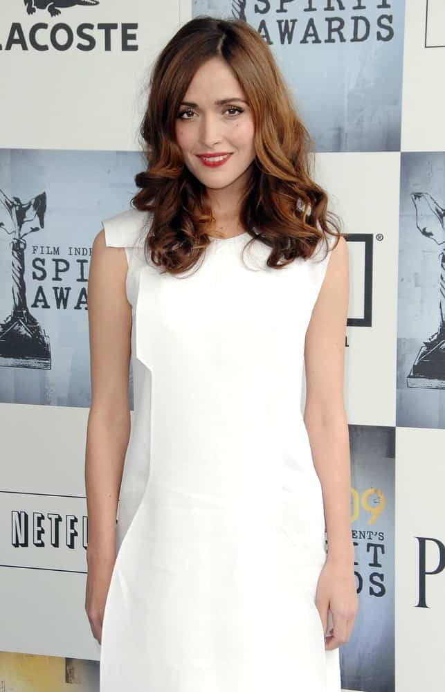 Rose Byrne wore a Calvin Klein dress at the Film Independent's 2009 Spirit Awards, on the beach, Santa Monica, CA on February 21, 2009. She was lovely with her white dress and medium-length brunette hairstyle that is loose and tousled with waves at the tips.
