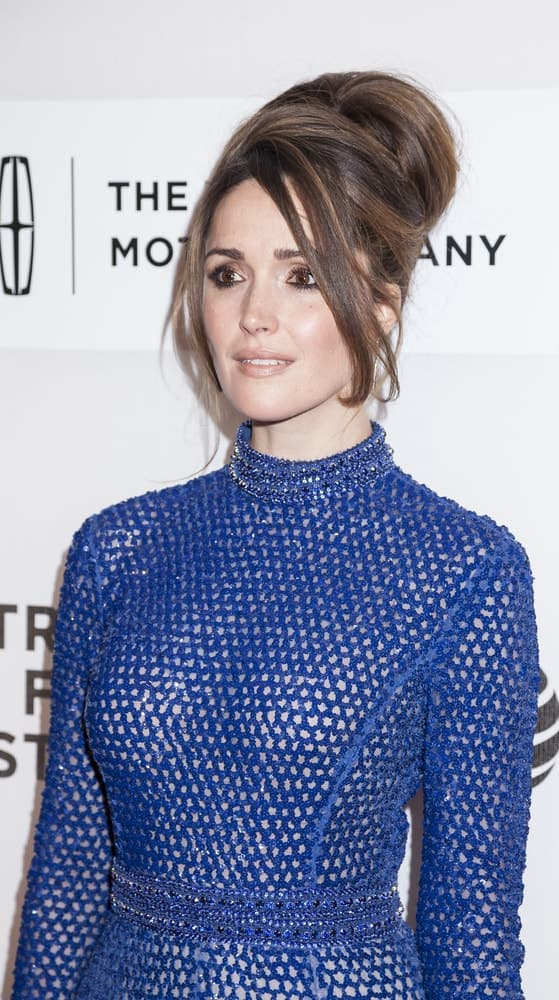 On April 19, 2016, actress Rose Byrne attended the 'The Meddler' premiere during the 2016 Tribeca Film Festival at the John Zuccotti Theater at BMCC Tribeca Performing Arts Center, NYC. She paired her blue dress with a lovely brunette beehive bun hairstyle with loose long side bangs.