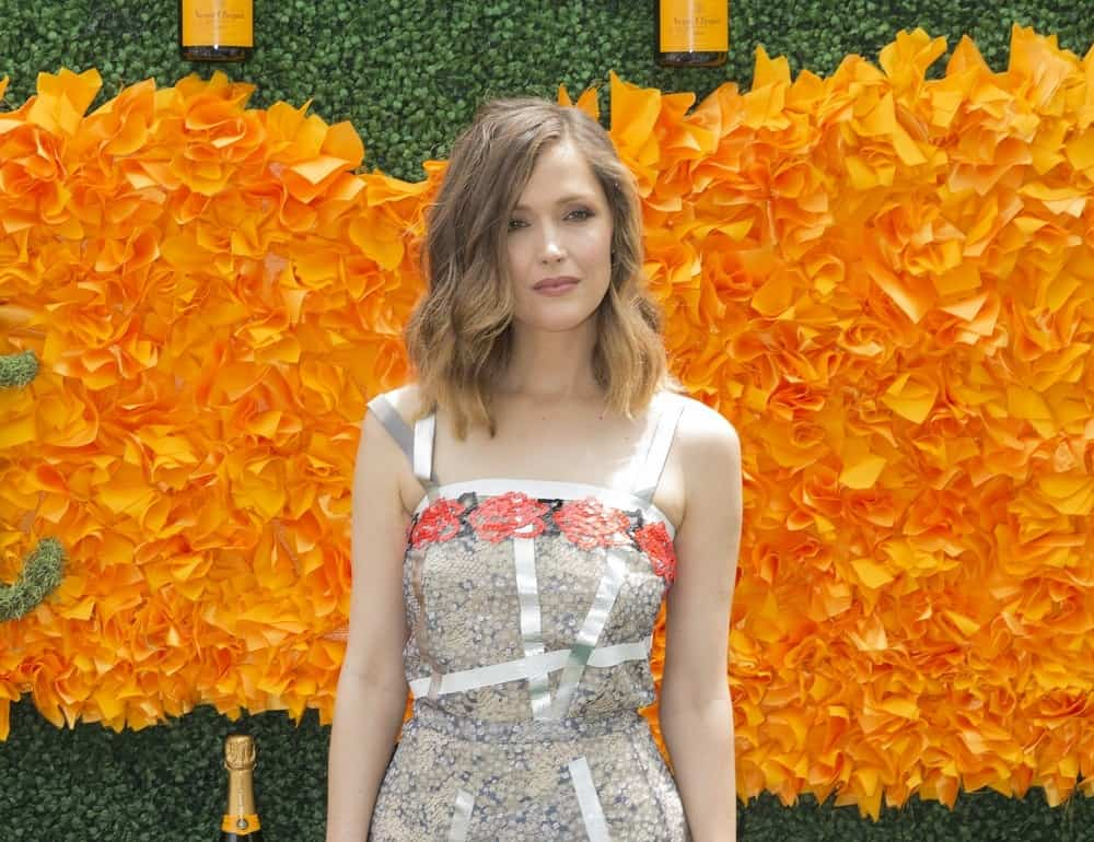 On June 4, 2016, Rose Byrne attended the 9th annual Veuve Clicquot Polo Classic at Liberty State Park. She was charming in her colorful sundress that she paired with a shoulder-length sandy blond hairstyle that is loose, tousled and wavy with side-swept bangs.