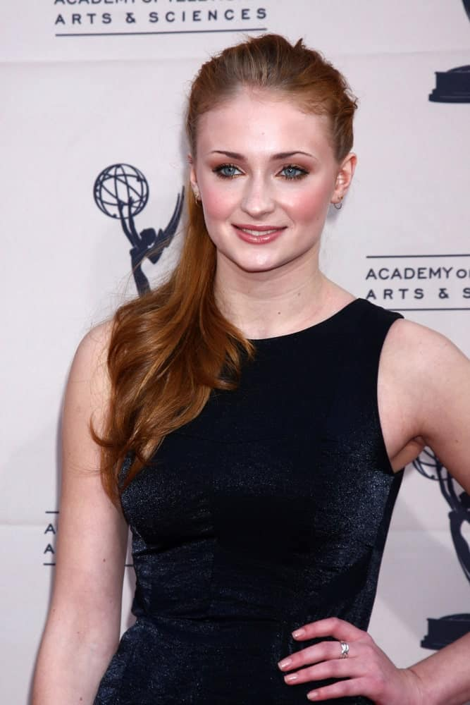 Sophie Turner gathered her warm auburn locks into a sleek ponytail at