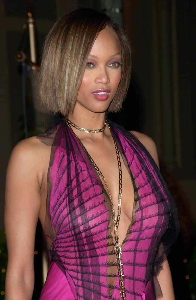 Supermodel Tyra Banks wore a sexy purple dress and a lovely makeup to go with her straight short bob hairstyle with highlights at the 2001 Blockbuster Awards in Los Angeles on April 10, 2001.