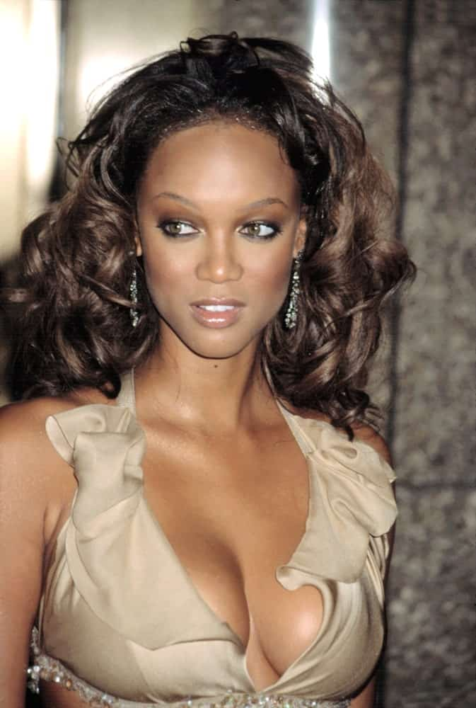 Tyra Banks flaunted her gorgeous long raven curly hair that was tousled to perfection to frame her beautiful face at the VH1 VOGUE FASHION AWARDS in New York on October 15, 2002.