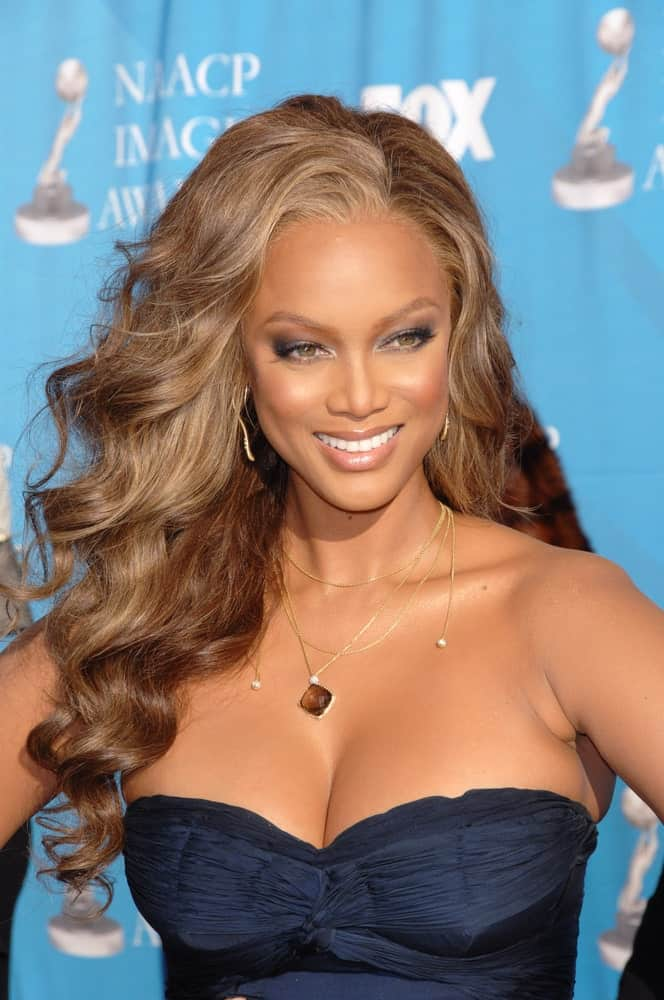 Tyra Banks was at the 38th NAACP Image Awards at the Shrine Auditorium in Los Angeles on March 3, 2007. She paired her sexy navy blue dress with a side-swept and highlighted curly hairstyle.