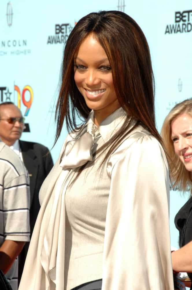 On June 28, 2009, Tyra Banks was at the 2009 BET Awards held at the Shrine Auditorium in Los Angeles, CA. She came in a casual yet fashionable blouse that she paired with a silky straight highlighted hairstyle.