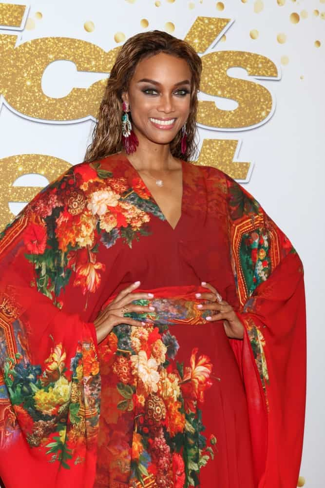 Tyra Banks' colorful floral kimono is a nice pairing for her long and loose tousled hair with highlights at the