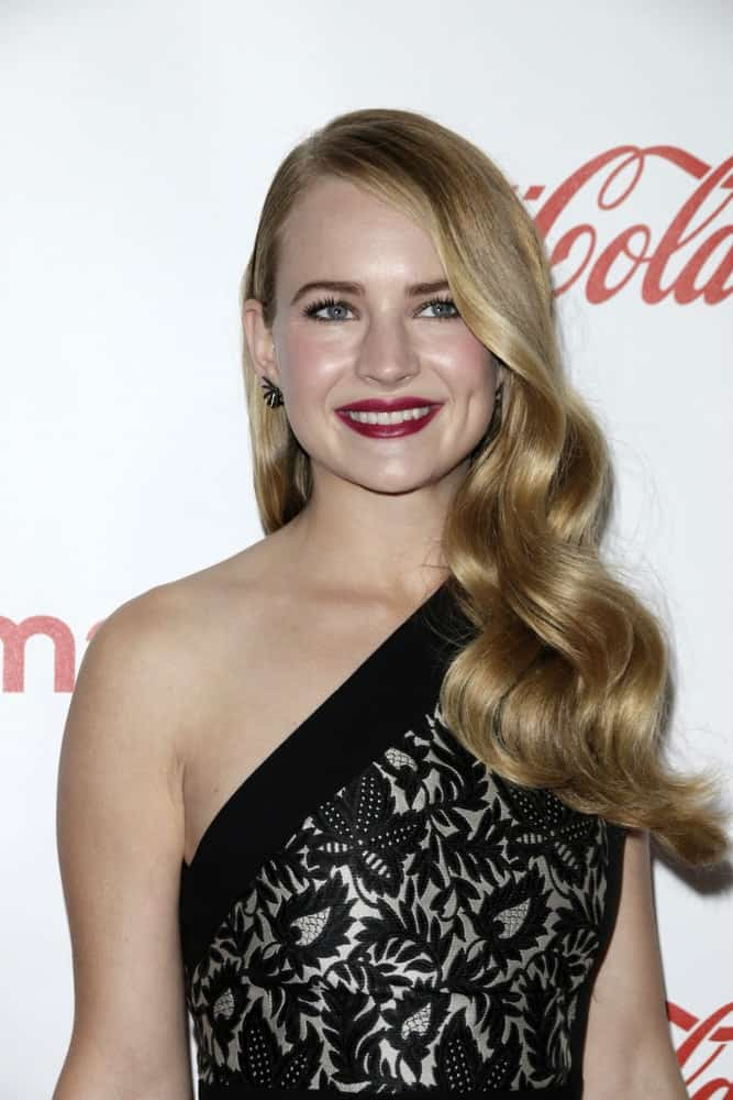 The young star wore her loose blonde tresses in big voluminous curls with a deep side part at the CinemaCon Big Screen Achievement Awards on April 23, 2015.