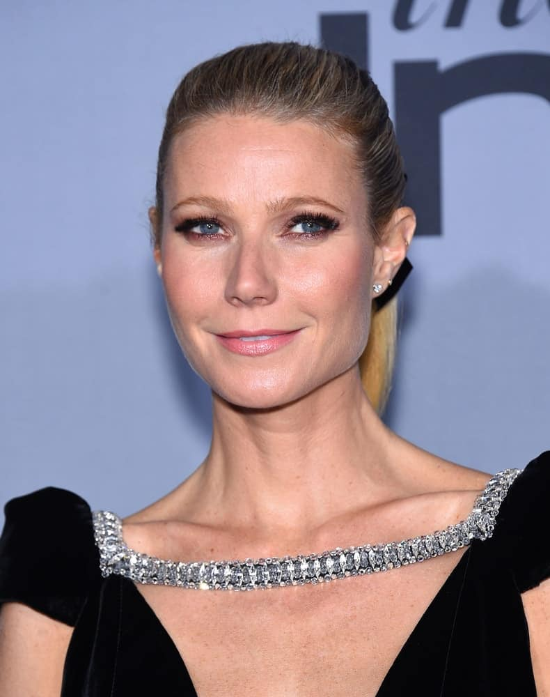 Gwyneth tied her straight blonde locks with a ribbon in a high ponytail as she arrives to the InStyle Awards 2015 on October 26, 2015.