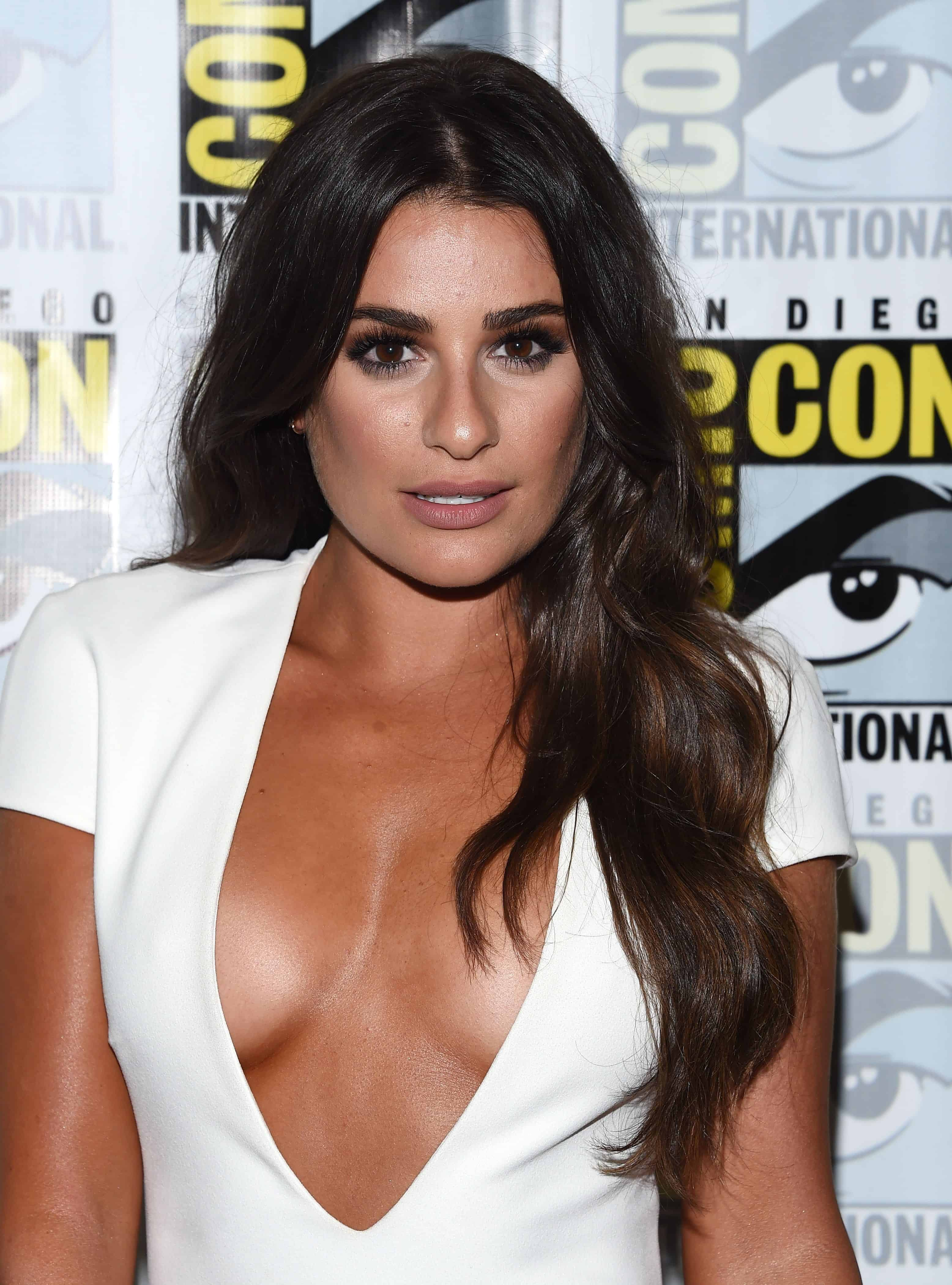 Lea Michele showed off a sophisticated allure in a loose and wavy hairstyle at the Comic Con 2016 -