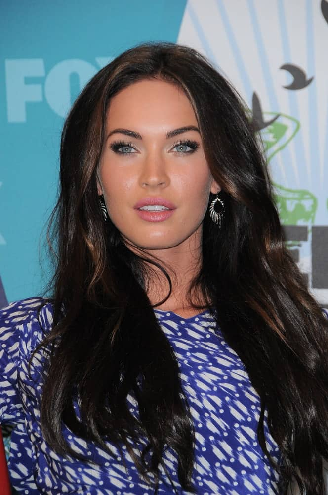 This voluminous loose tresses can enhance your charm. Take it from this celebrity as she wowed at the 2010 Teen Choice Awards - Press Room on August 8, 2010.