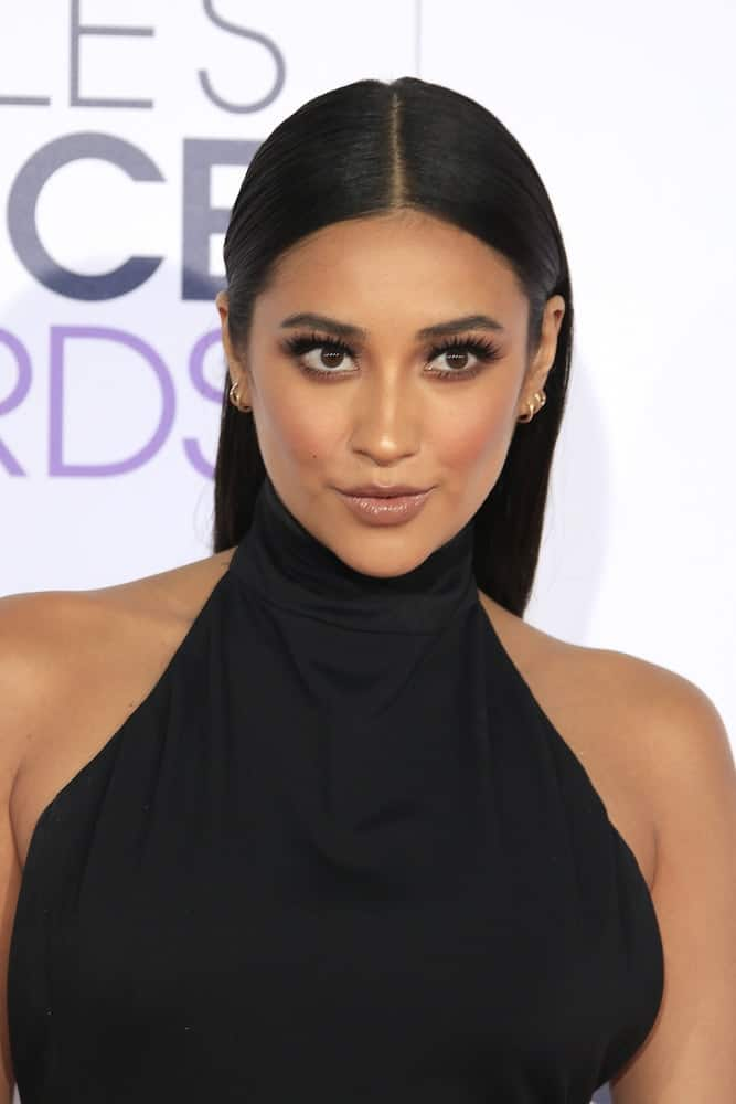 The actress wore her raven mane straight and down her back with a striking center part at the Peoples Choice Awards 2016 - Arrivals on January 6, 2016.