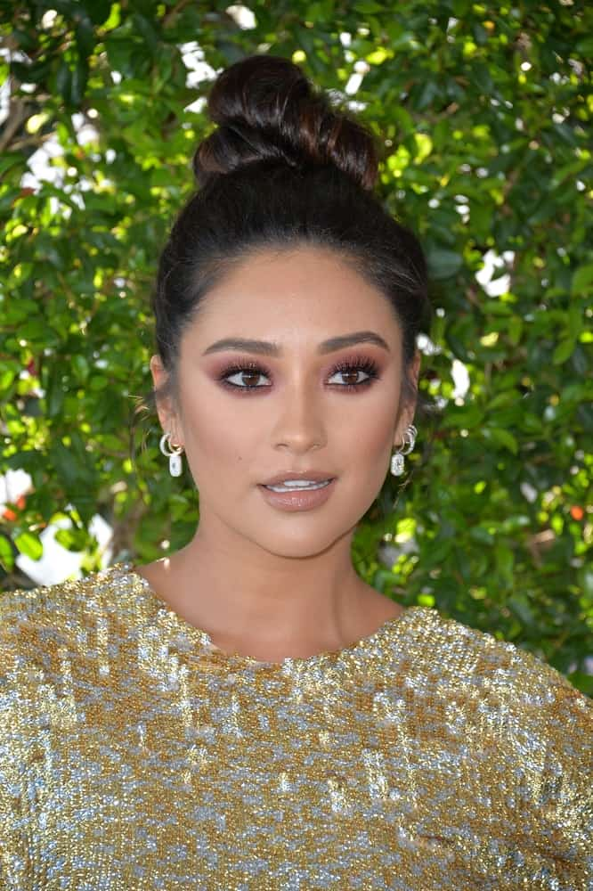 Shay rocks a cute top knot with piercings up her nape at the 2016 Teen Choice Awards on July 31, 2016.