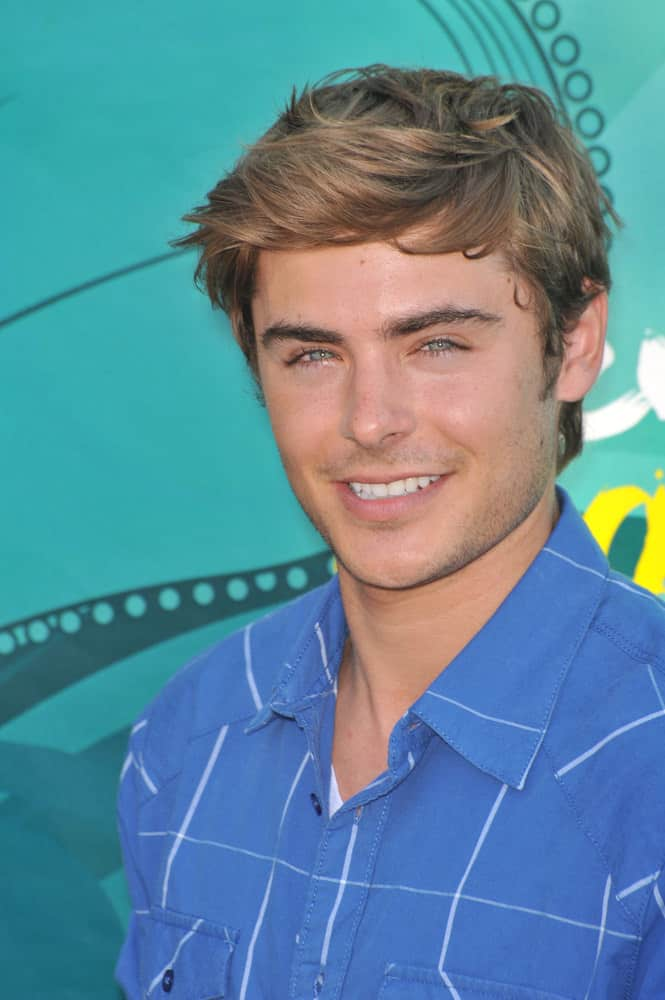 Zac Efron steals every young girl's heart with his side-swept hairstyle during the 2009 Teen Choice Awards.
