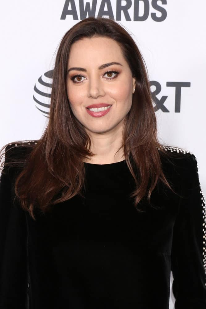 Aubrey Plaza was at the 2019 Film Independent Spirit Awards on the Beach on February 23, 2019, in Santa Monica, CA. She was lovely in a black dress that she paired with her long and layered brunette hairstyle that has a slight tousle.