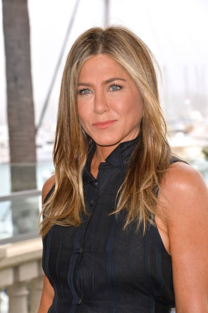 Jennifer Aniston looked gorgeous with a straight loose hairstyle that's center-parted bringing out her stunning blue eyes. This was taken at the photocall for
