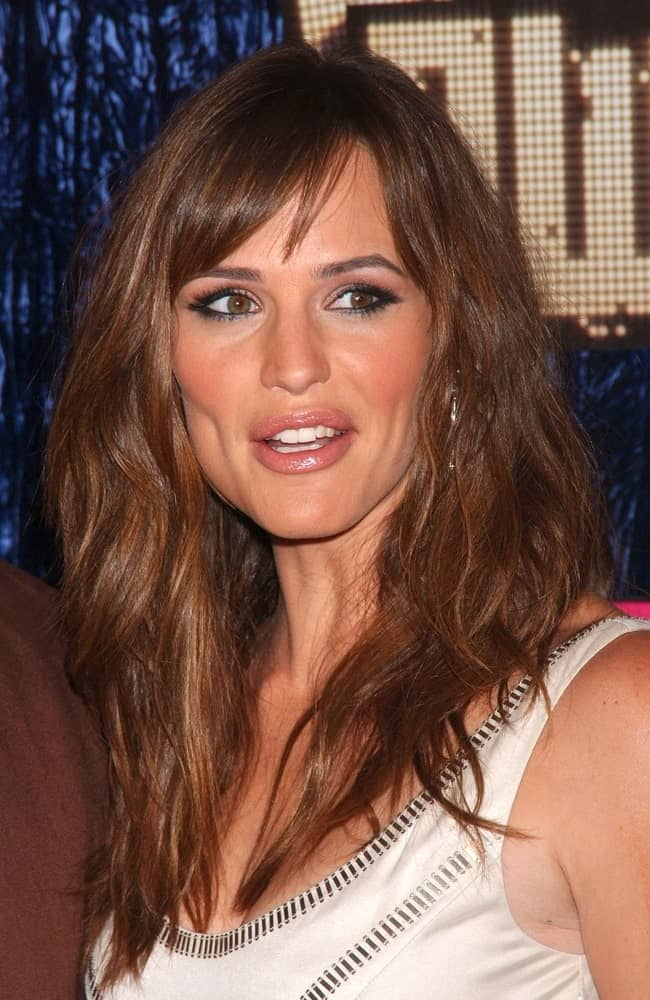 Jennifer Garner was spotted at the MTV Video Music Awards VMA's 2007 on September 9 rocking a tousled and layered hairstyle with side bangs.