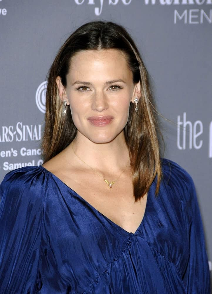 Jennifer Garner opted for a simple look with a loose center-parted hairstyle at the 4TH Annual Elyse Walker Pink Party Benefit for Cedars-Sinai Women's Cancer Research Institute on September 13, 2008.