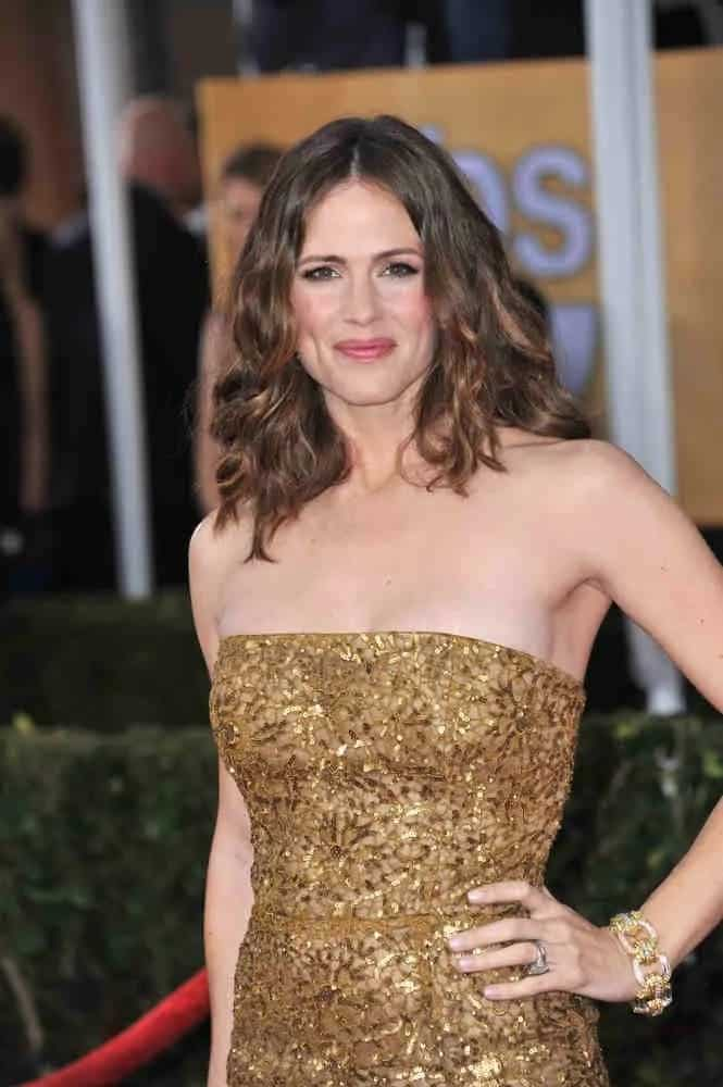 The actress wears her medium length brunette locks loose and tousled at the 19th Annual Screen Actors Guild Awards on January 27, 2013.