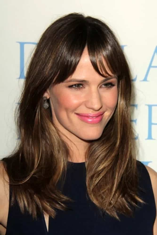 Jennifer looked absolutely stunning in medium length loose waves with curtain bangs at the