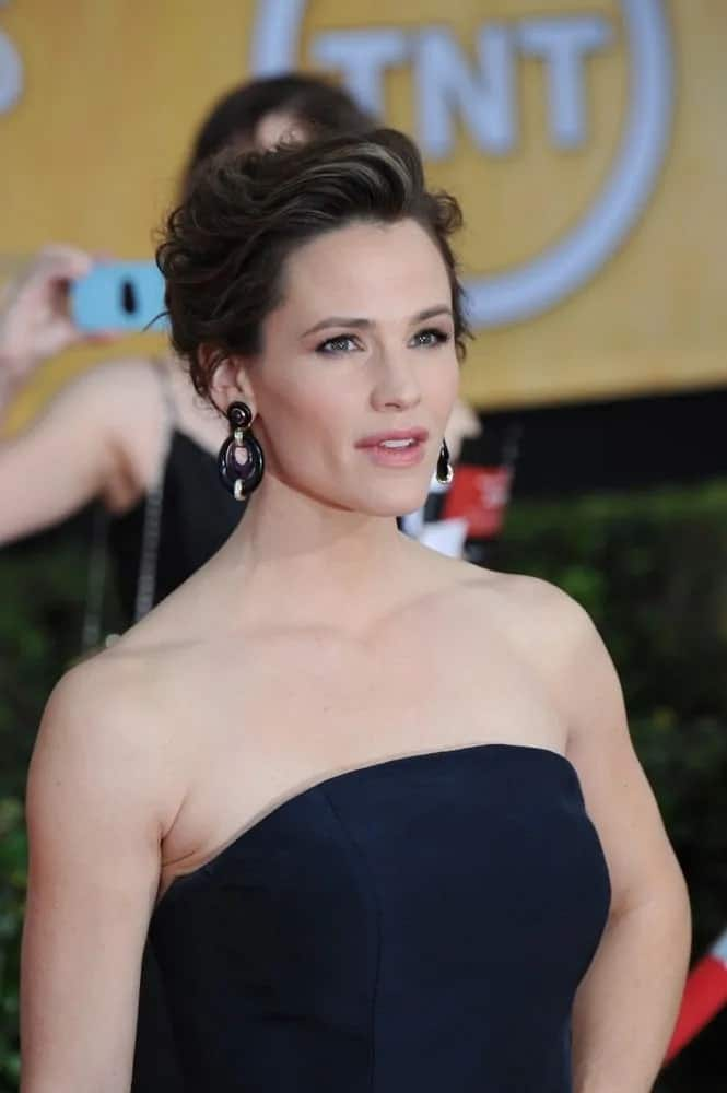 This retro up-do with a slightly teased effect looks elegant on her as she attends the 20th Annual Screen Actors Guild Awards on January 18, 2014.