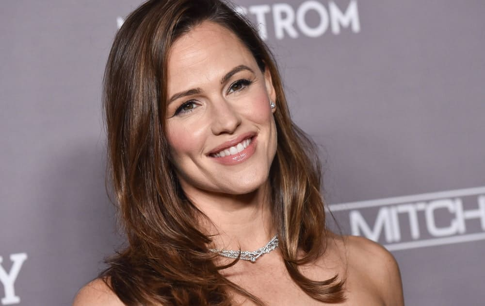 Jennifer Garner exhibits a charming aura with her loose and highlighted layers during the 2019 Baby2Baby Gala Presented by Paul Mitchell held on November 9.