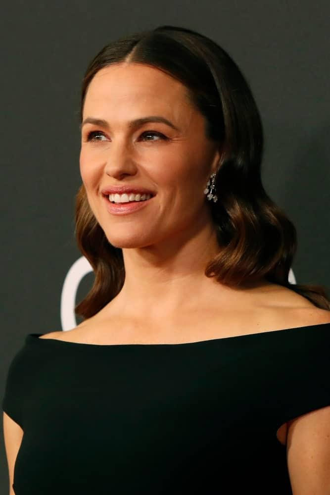 Jennifer Garner showcases her dark, center parted waves at the Hollywood Film Awards that was held on November 3, 2019.