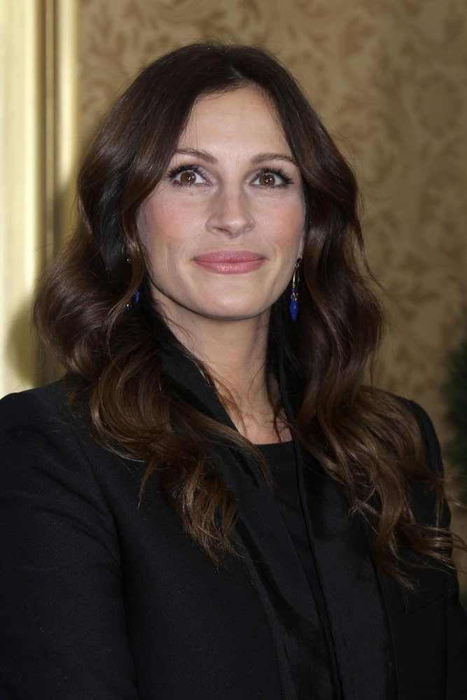 Julia Roberts exhibited her brunette hair that's styled in big curls during the premiere of
