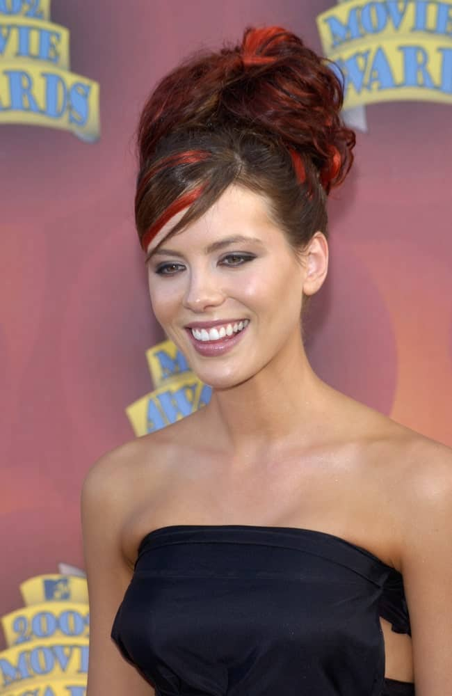 Kate Beckinsale was spotted at the MTV Movie Awards in Los Angeles on June 1, 2002. She was wearing a tube dress that she paired with an edgy red updo.