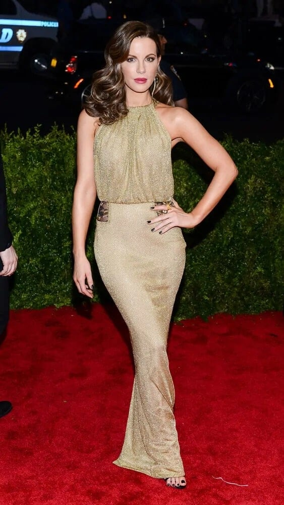 The English actress looked extra stylish and expensive with this medium-length curly hairstyle she wore for the 'China: Through The Looking Glass' Costume Institute Gala last May 04, 2015.