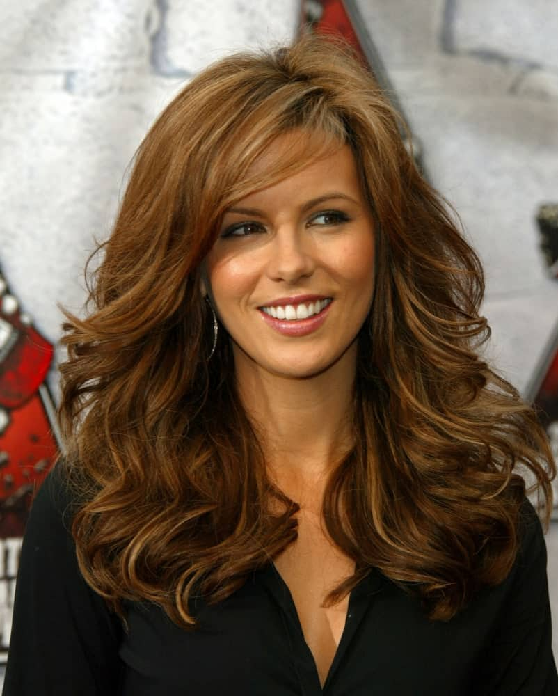 Kate Beckinsale was spotted at the MTV Movie Awards on June 5, 2004 sporting her thick layered waves that are complemented with long side bangs.