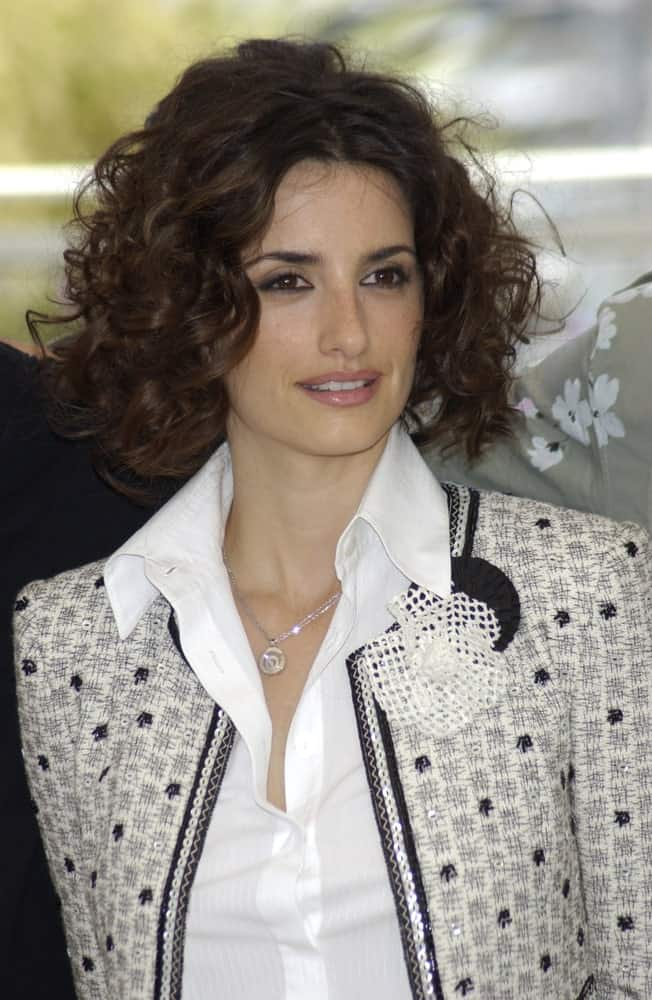 Penelope Cruz looking all gorgeous with her defined curls worn at the photocall in Cannes for her new movie Fanfan La Tulipe on May 14, 2003.