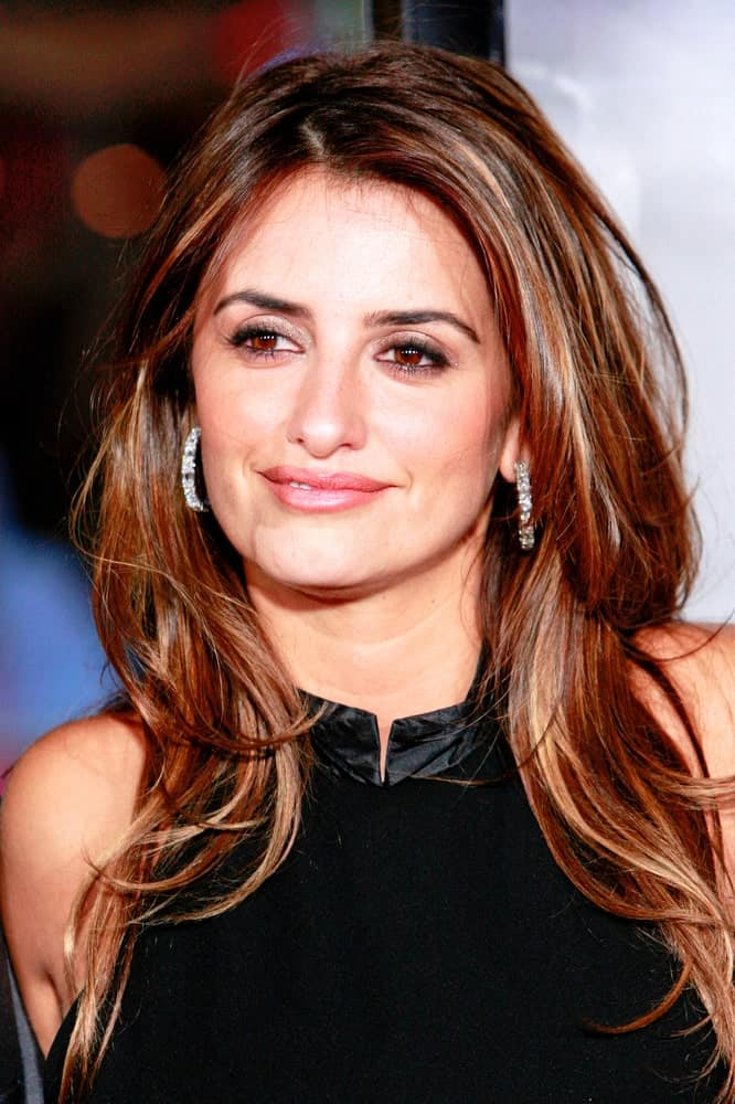 Penelope Cruz let loose of her highlighted and long layered locks at the premiere of 'Nine' held on December 9, 2009.