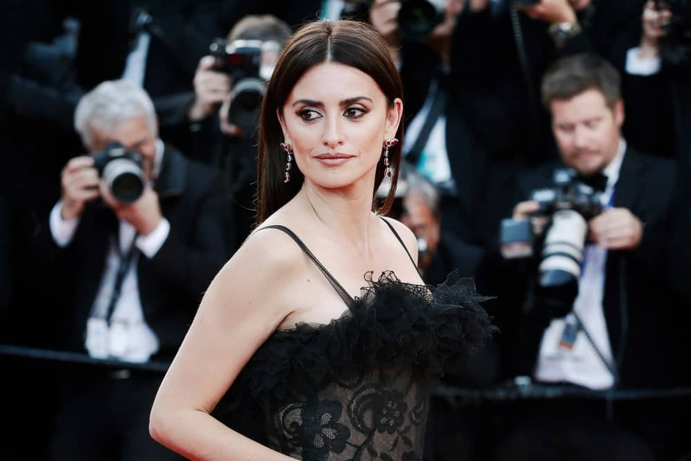 Penelope Cruz overflowed with posh and class in a black dress that's matched with her dark straight locks at the screening of 'Everybody Knows' and the opening gala on May 8, 2018.