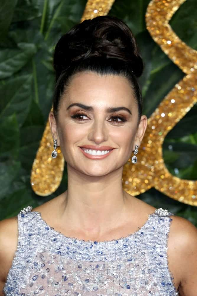 Penelope Cruz accentuated her facial features with a high, tight bun during The Fashion Awards at Royal Albert Hall on December 10, 2018.