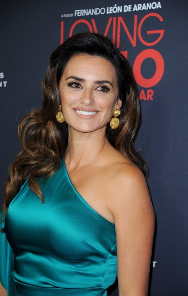 On September 16, 2008, Penelope Cruz made an appearance at the Los Angeles Special Screening of 'Loving Pablo'. She wore a teal halter dress and styled her big bouncy waves with a side-swept.
