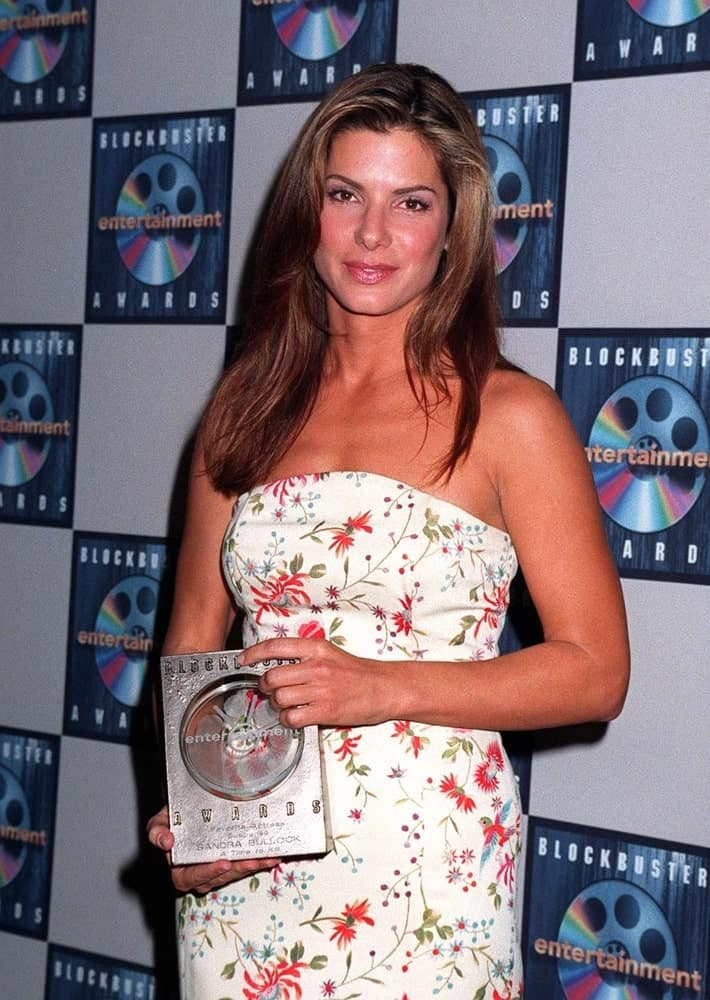 Way back in March of 1997, The young actress Sandra Bullock attended the Blockbuster Entertainment Awards wearing a lovely floral dress to go with her long, loose and tousled brunette layers.