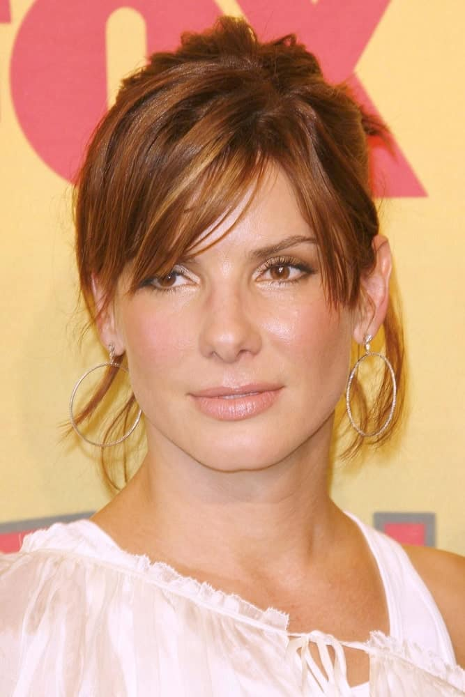 Sandra Bullock was at the 2006 Teen Choice Awards - Press Room at Gibson Amphitheatre last August 20, 2006 in Universal City. Her white sheer outfit was good pairing for her messy upstyle with bangs.
