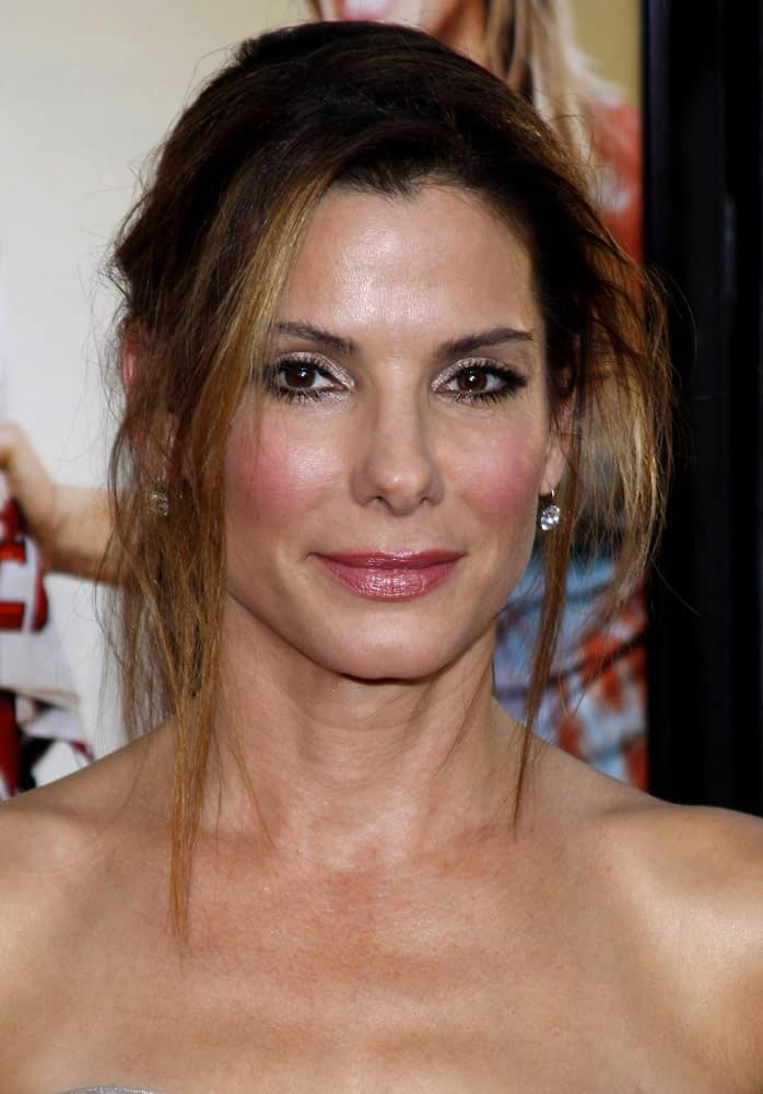 Sandra Bullock was at the World premiere of 'All About Steve' held at the Grauman's Chinese Theater in Hollywood last August 26, 2009. Bullock went with a simple flattering makeup that complemented her messy upstyle with tendrils.