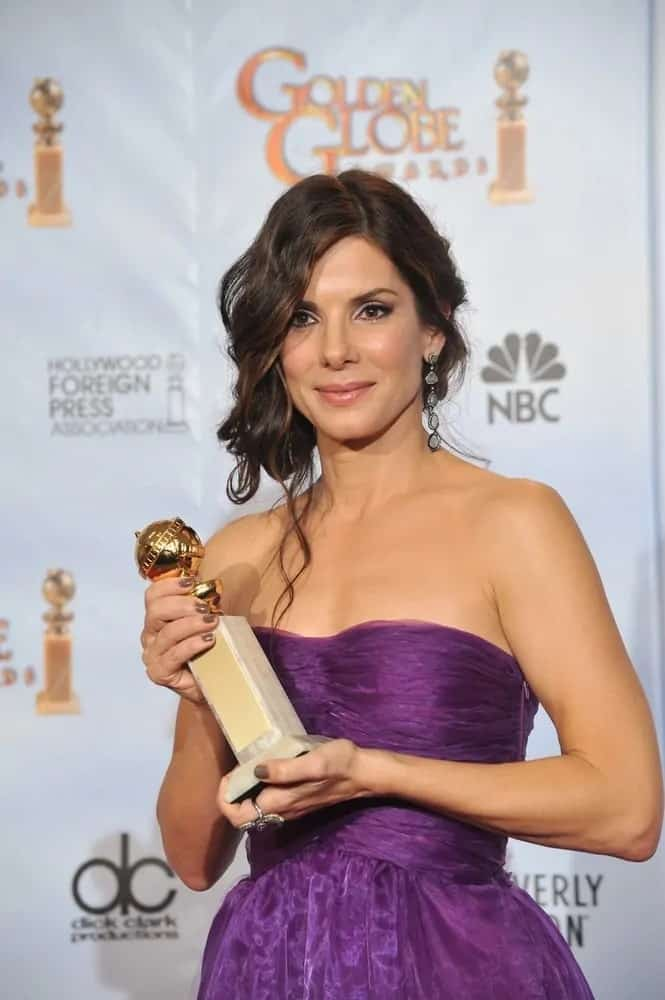The award-winning Sandra Bullock went for a sweet and curly half-up hairstyle that totally went great with her lovely purple dress at the 67th Golden Globe Awards on January 17, 2010.