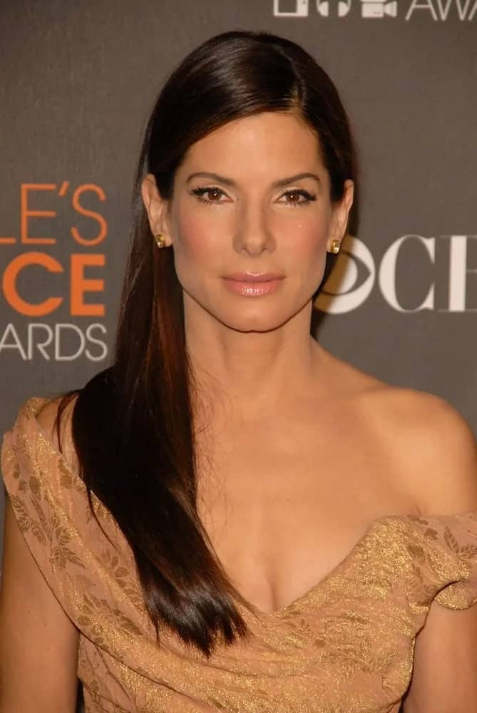 Sandra Bullock opted for a simple elegance that she pulled off with her simple and straight side-swept hairstyle and lovely gown at the 2010 People's Choice Awards back in January 6, 2010.