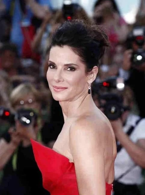 Sandra Bullock paired her elegant red dress with her messy and twisted upstyle and smoky eyes at the Opening Ceremony And 'Gravity' Premiere last August 28, 2013.