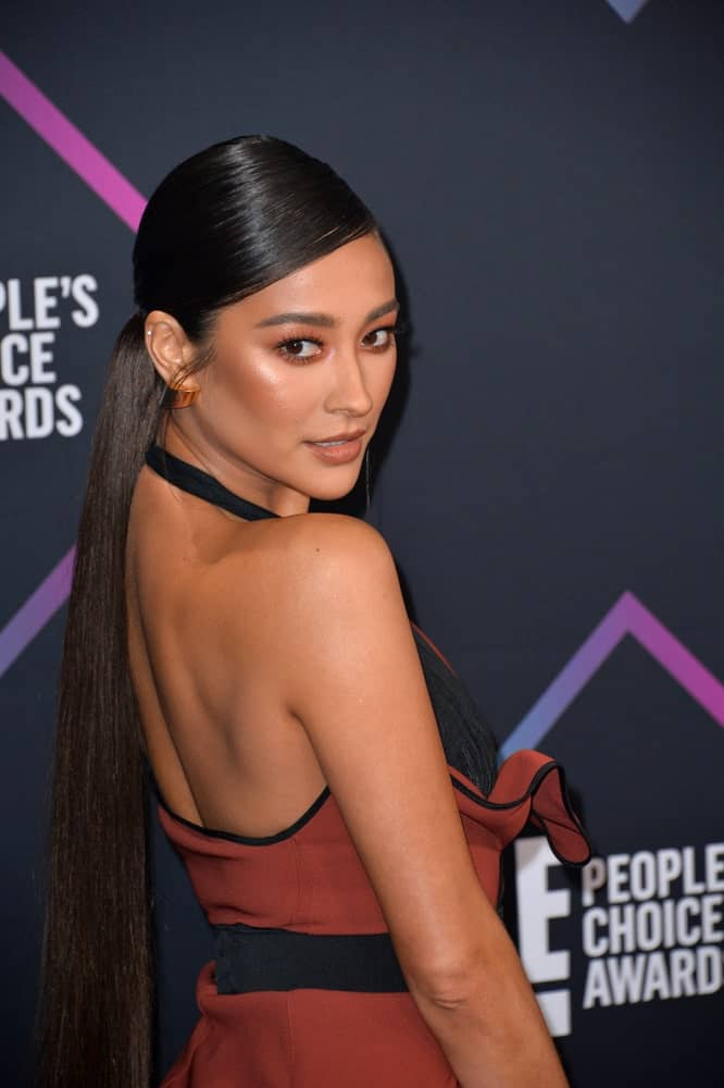 Shay Mitchell pulled back her long dark hair in a low ponytail during the 2018 People's Choice Awards on November 11, 2018.