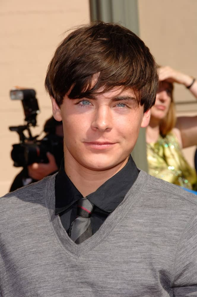 Zac Efron made an appearance at the 2006 Creative Arts Emmy Awards at the Shrine Auditorium, Los Angeles held on August 19th. He had a bowl cut with his fringe arranged in a cool side-swept.