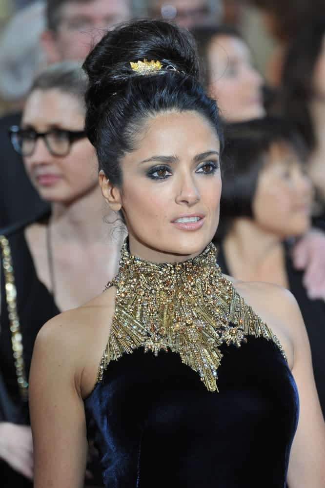 Salma Hayek wore a messy but classy big bun with an ornament at the 85th Academy Awards on February 24, 2013.
