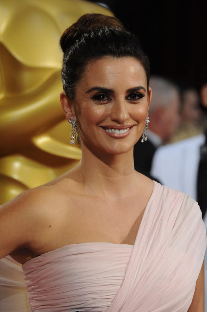 Salma brought back the 60s in this high twisted bun updo as she attends the 86th Annual Academy Awards on March 2, 2014.
