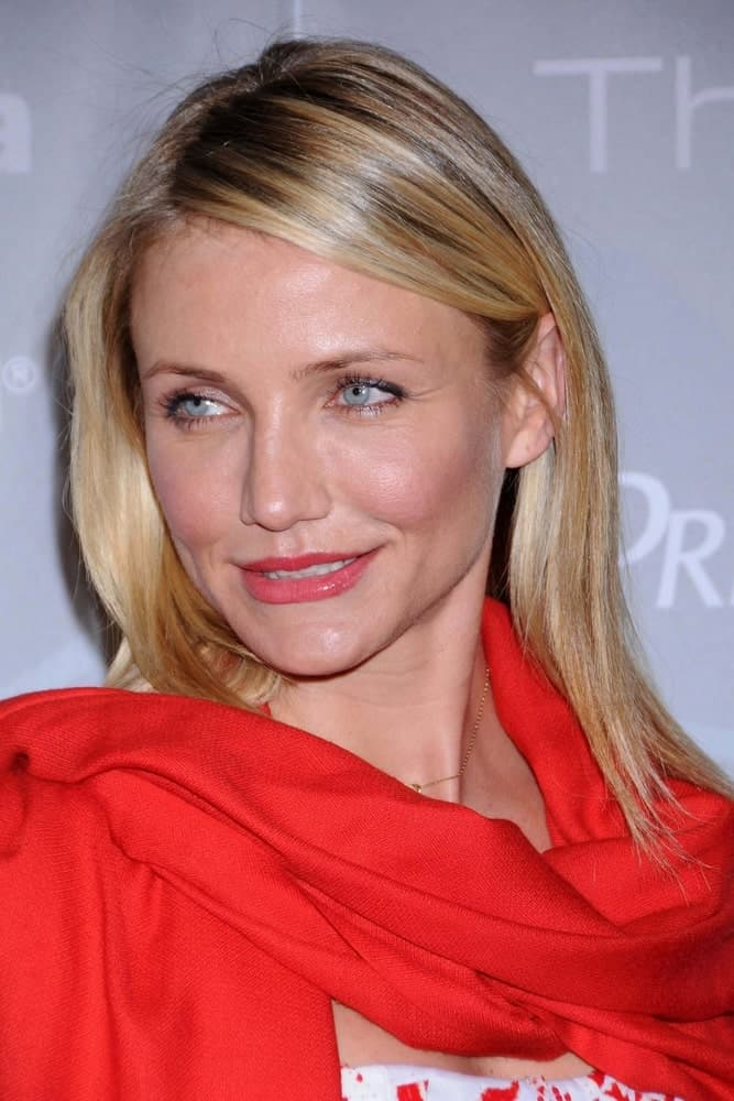 Cameron Diaz's lovely face was emphasized by her bright red scarf, red lips and her simple highlighted medium-length hairstyle at the 2008 Crystal And Lucy Awards Gala in Beverly HIlls, CA.
